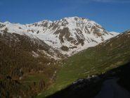 arrivo a Ferrere, sullo sfondo il Pebrun e l'Aiga