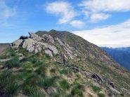 affioramenti rocciosi e in fondo il monte cerano