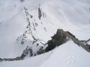La cresta di salita dall'alto..notevole la gran quantita' di neve che la ricopre..(tutta)