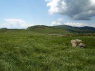 Campo delle pecore secondo i pastori, anche per le pietre che ricordano pecore. Sullo sfondo il Monte Beigua con i suoi ripetitori
