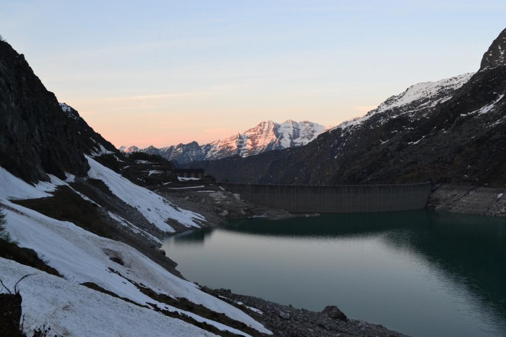 Lago di Teleccio salendo al rifugio. Si vedono le valanghe sulla strada