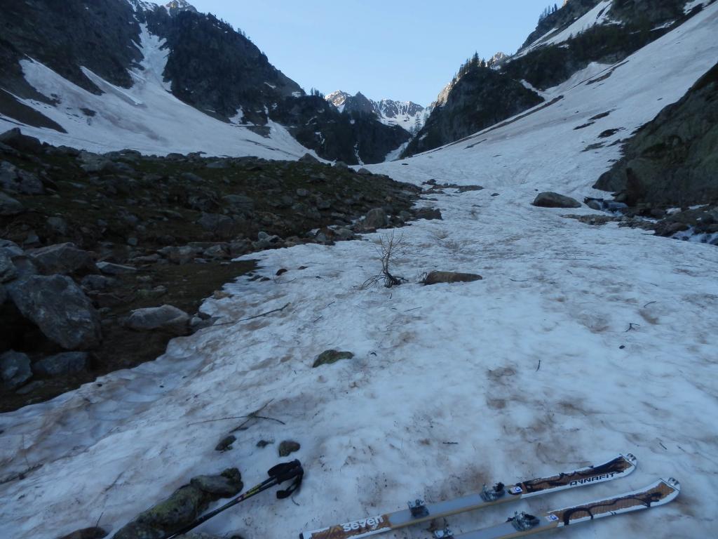 si calzano gli sci nei pressi del Gias Soprano, q 1750 circa