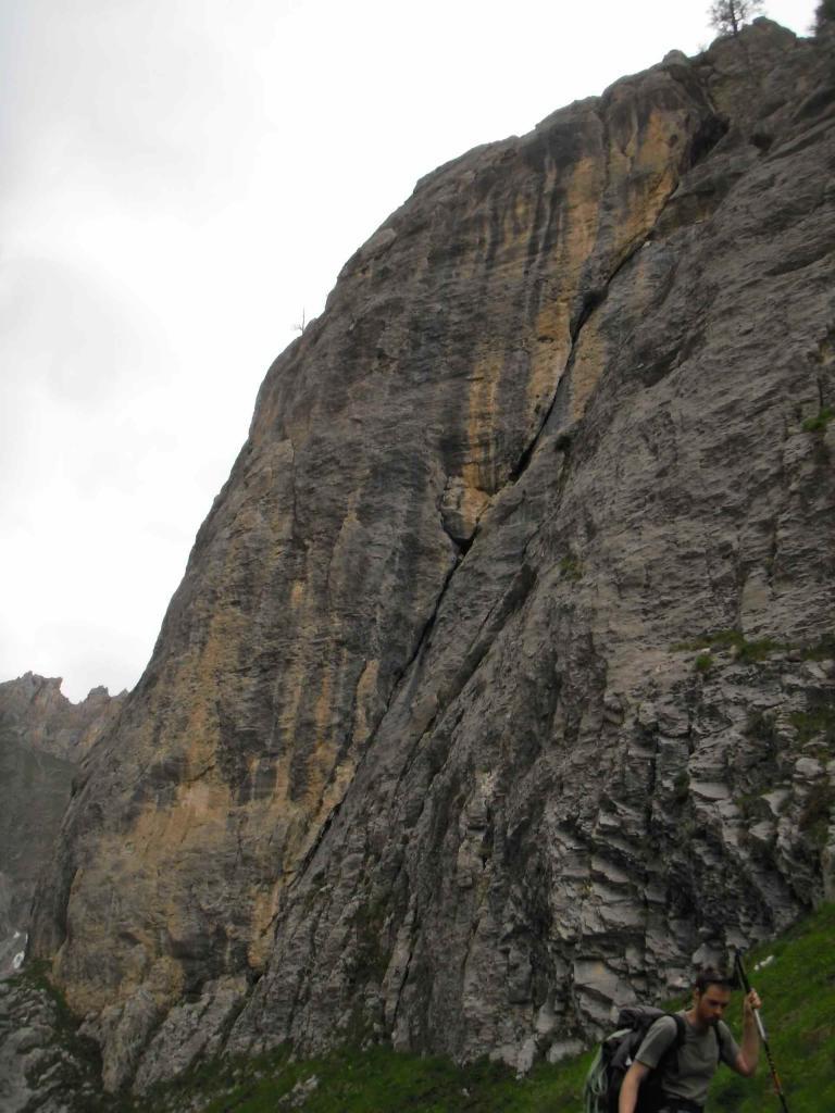 La grande fessura diagonale lungo la quale si svolge l'itinerario