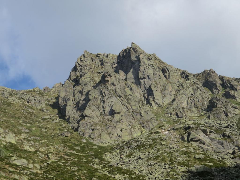 Il dirupato versante sud-est della Punta di Fioni