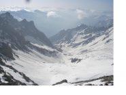 Il bel vallone ancora ben innevato di Fontenil dalla cresta di vetta..