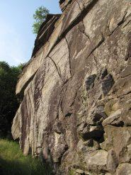 le belle fessure che caratterizzano la falesia