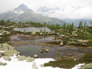 Sul lato opposto della valle, permangono le nebbie