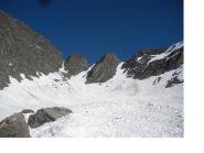 Il Colle Costan (il centrale dei tre canalini) ) a sx la cresta di salita alla vetta..