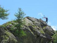 otaner accanto alla croce sulla roccia sopra il Santuario