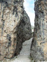 intaglio tra le due parti del monolite