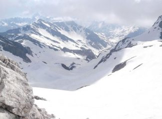 la bella discesa in neve primaverile  ancora compatta ,in atto il cambio repentino del tempo....