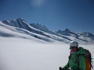 sul ghiacciaio con il Gross, l'Hinter fiescherhorn e il Gross grunhorn all'orizzonte