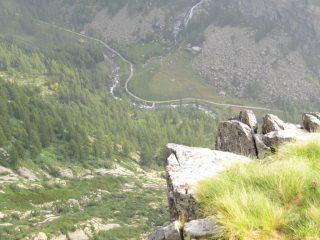 Sotto di noi, le placconate del Rio Vallotta e l'Alpe Randonero
