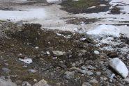 Il cratere sul sentiero causato dal blocco caduto.