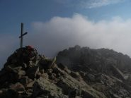 La croce della Cima NW e, sullo sfondo, la Cima Centrale