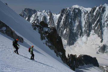 due alpinisti iniziano la discesa