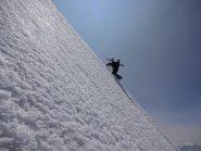 Giorgio Sborder in salita sulla ripida dorsale nevosa a quota 4600 circa