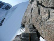 Dietro quella roccia il cavo sparisce nella neve per qualche metro
