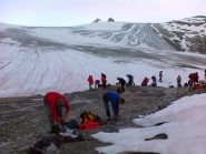 preparativi alla base del ghiacciaio