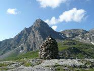 Ometto di pietre, segnala la presenza dell'alpeggio sottostante, imponente la sagoma del M.Pelvo di Massello