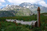 Abbeveratoio all'alpeggio, Arp Vieille, Becca du Lac e Rutor sullo sfondo
