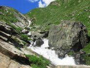Il colle che precede il rifugio, visto dall'ultimo ponticello che attraversa il torrente