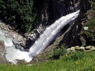 Bella cascata scendendo a Thumel