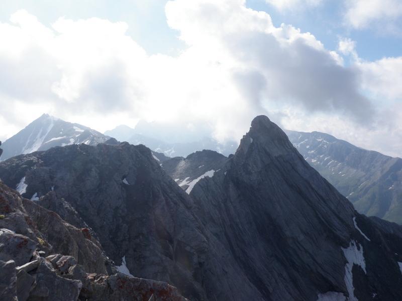 dalla cima: il Pic d'Asti e sullo sfondo l'Aiguilette