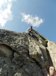 Sugli spigoli della parte alta della cresta...cavalcata fra cielo e roccia!