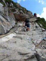 tratto di salita con le catene utili sulla roccia liscia