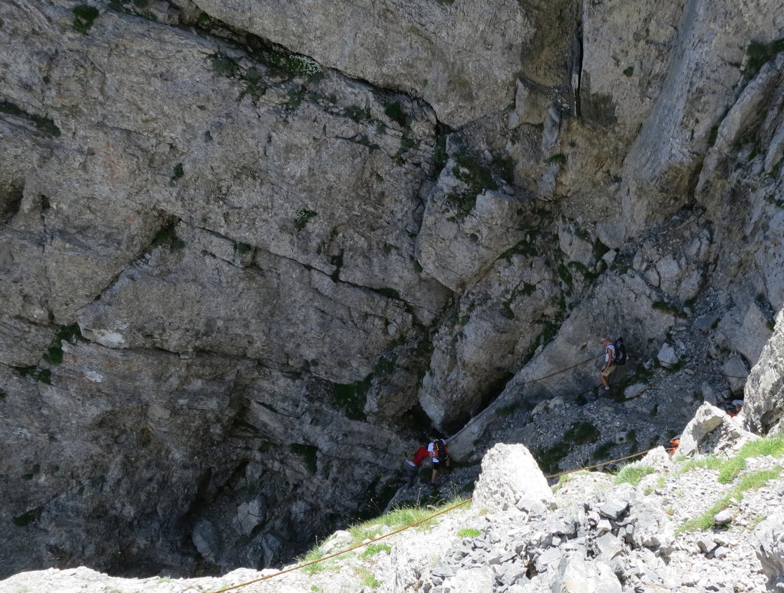 ed entra in una forra rocciosa parallela al canale dei Torinesi
