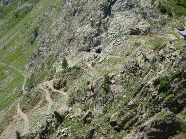 Strada militare e galleria in curva per il Rifugio Zanotti