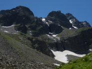 zoom da Prati del vallone, al centro, sopra al nevaio inizia il Ghiacciaio dell'Ubac in una valle sospesa