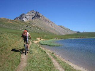 le lac Chavillon e sull sfondo l'Aiguille Rouge