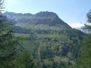 Alpe Rive dal lato opposto , evidente il prato che permette di accorciare l'itinerario