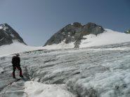 Zona crepacci e ghiaccio vivo, a destra lo scivolo finale per la cima