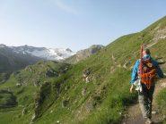 Avvicinamento sul lungo sentiero, in sfondo le punte Basei, Busson e Galisia