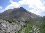 sulla sinistra il sentiero che risale il versante roccioso del Ruetas