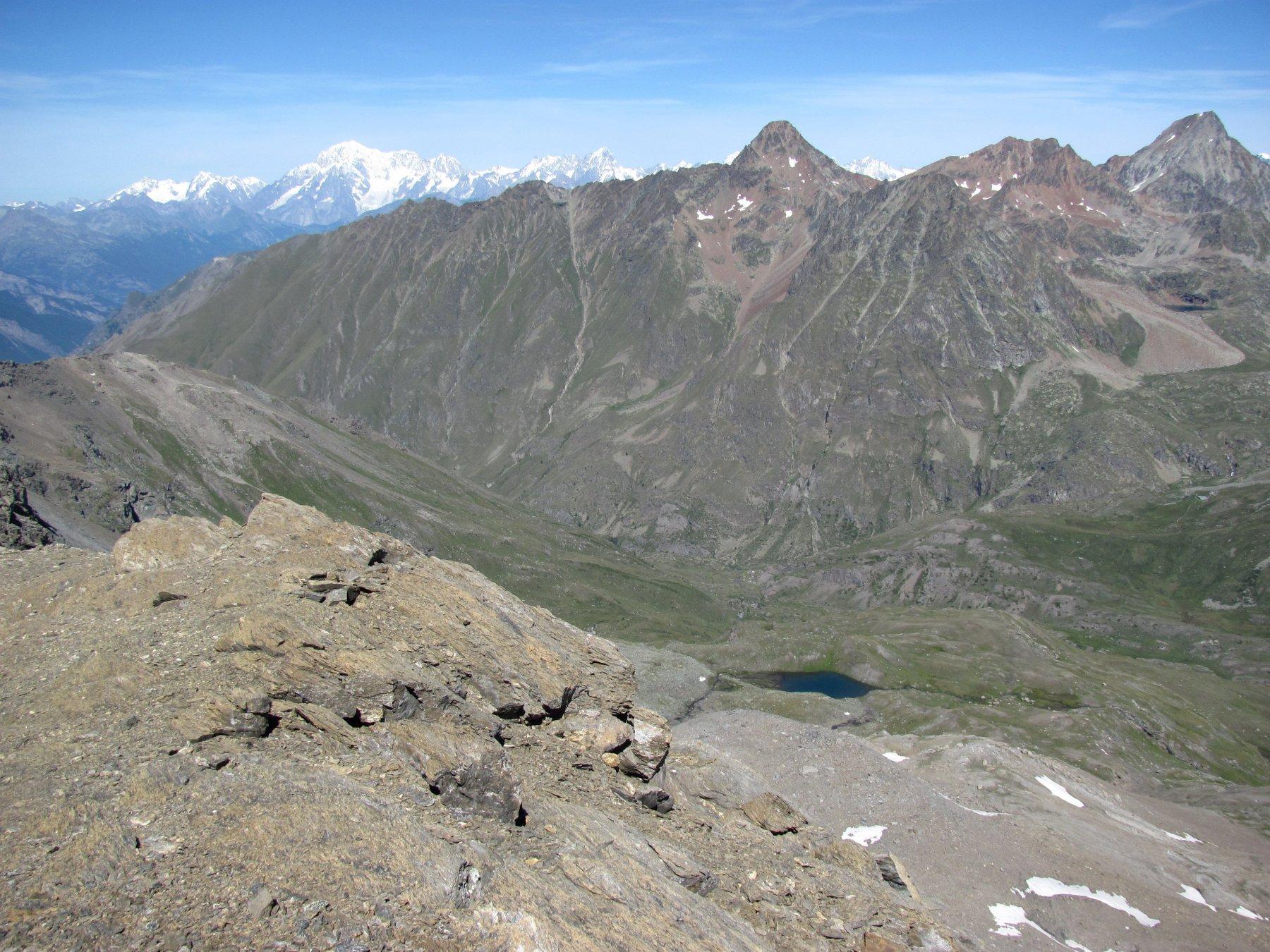 panorama dalla cima, con Bianco, Garin e d Emilius; sotto: il Lago della Testa (non raggiunto da sentieri)
