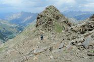 Enrico in discesa sull'ampio crestone sotto la cima (7-8-2013)