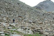 traversando una vasta pietraia durante il giro ad anello in discesa (7-8-2013)