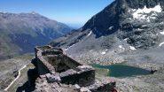 Vista dalla torretta di osservazione: il forte, le lac Blanc e sullo sfondo il Rocciamelone