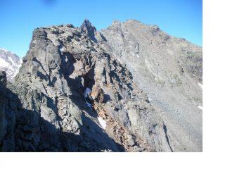 Tutta la cresta in prospettiva dal basso al centro e' il