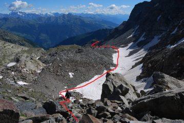 La via di discesa vista dal passo: raggiunta la sella erbosa si scollina sul sentiero dell'Alta Via 2