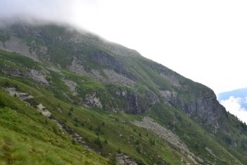 al centro della foto si distingue appena, mimetizzata, l'Alpe Cortenero