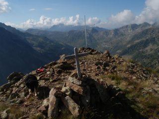 le croci della vetta e Pucci, sullo sfondo l'alto vallone di Sant'Anna
