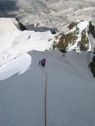 Il lungo pendio di neve delicato a 4000 metri circa