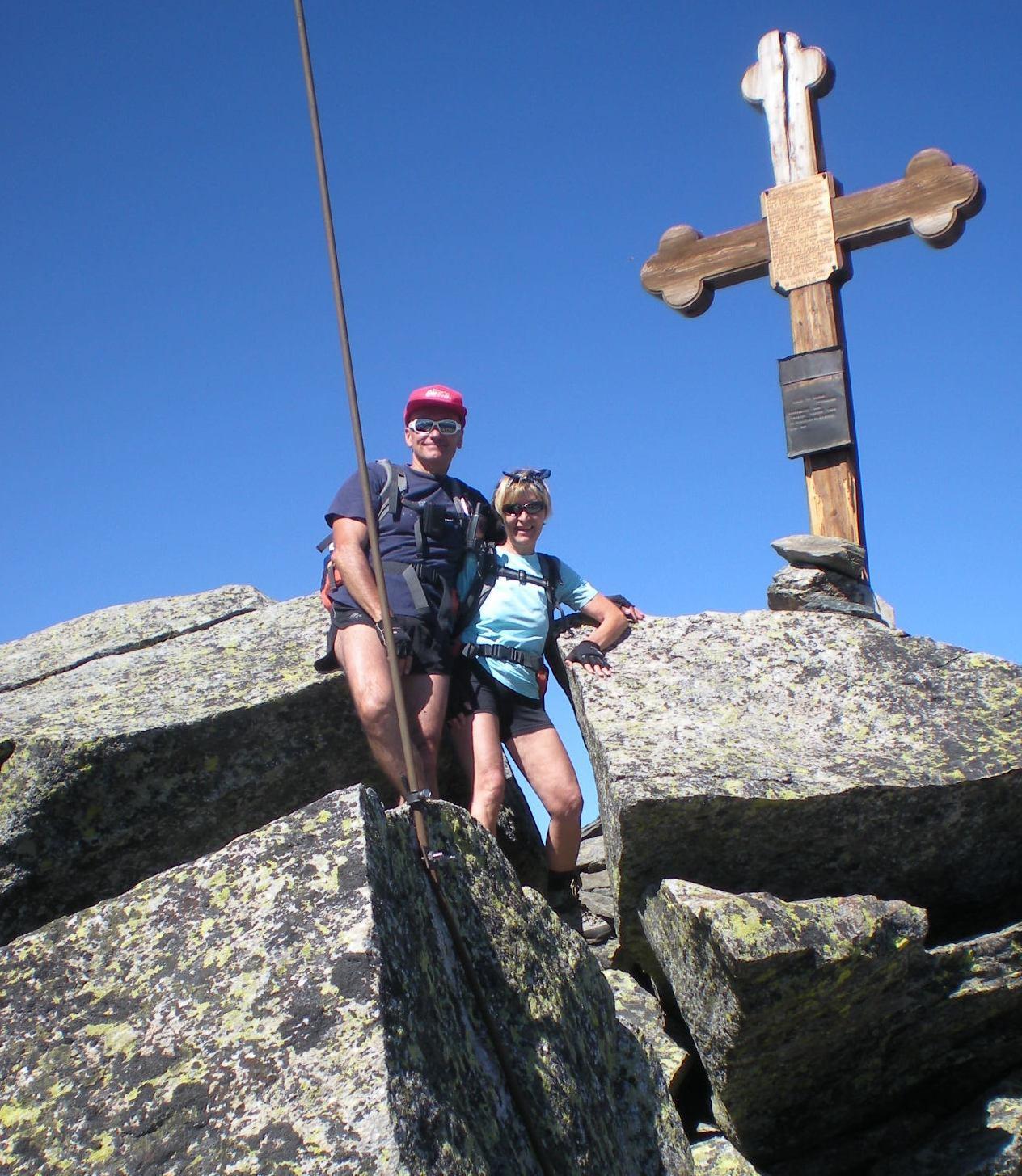 Beppe e Germana in posa sotto la croce