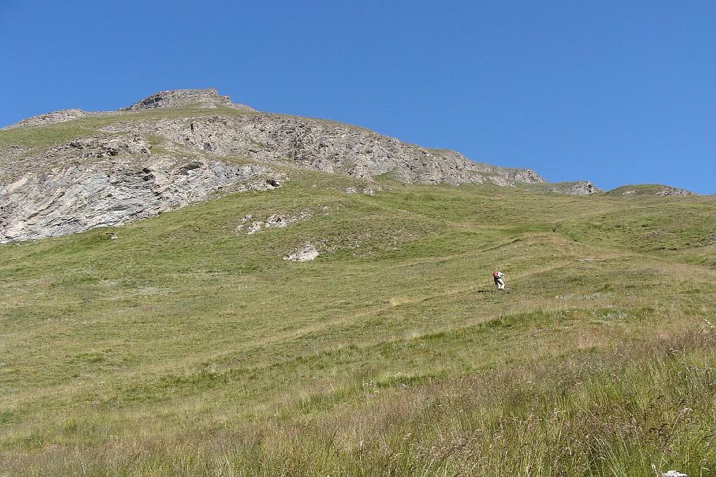 salendo lungo la china erbosa nel vallone della ruine