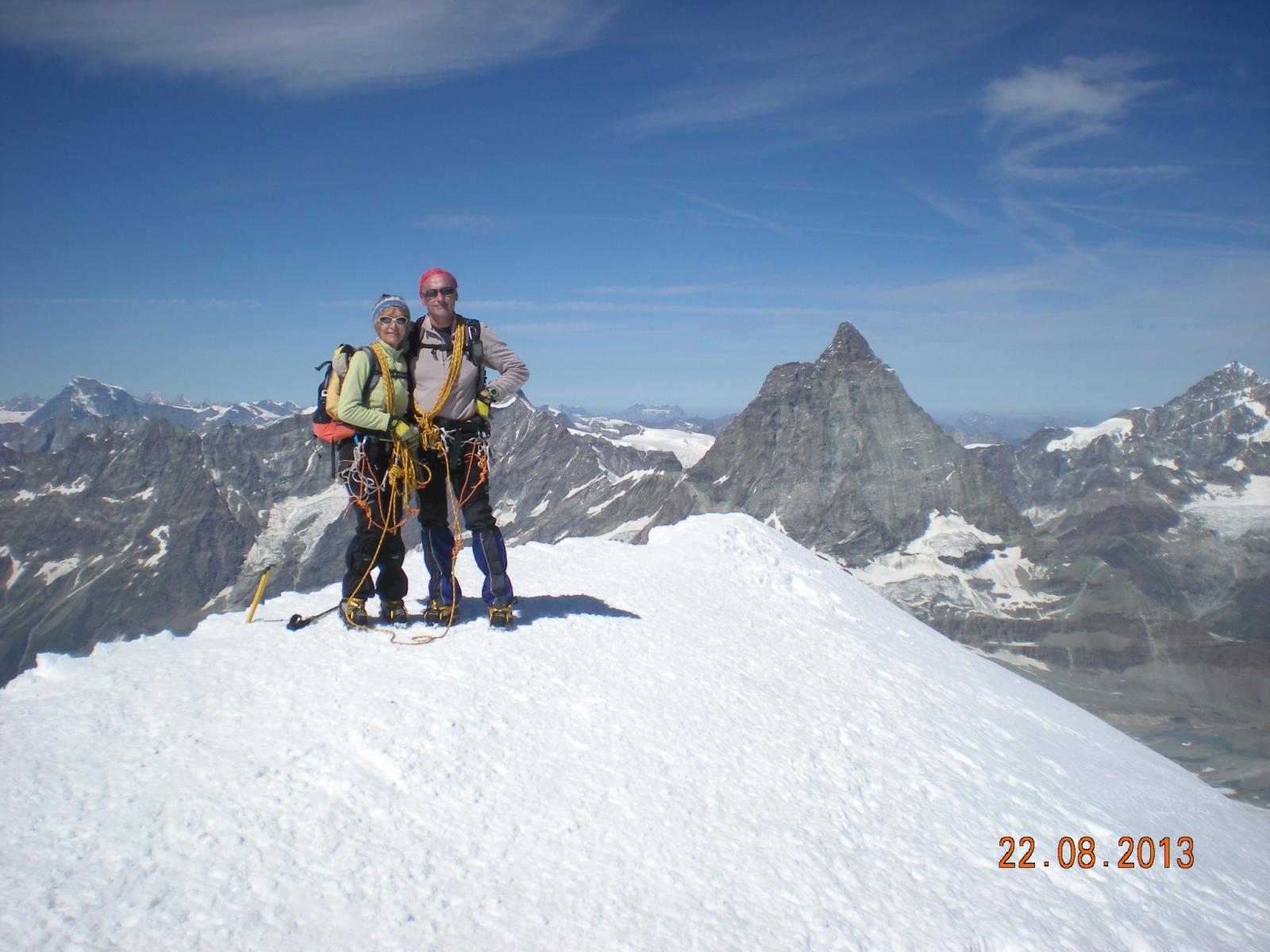 Germana e Beppe in vetta con lo sfondo del Cervino